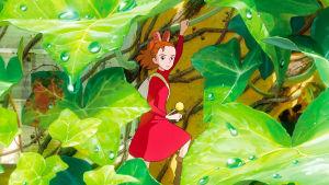 punaisessa mekossa oleva animaatiohahmo-tyttö seisoo lehtien seassa