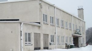 stationsbyggnad en snöig dag