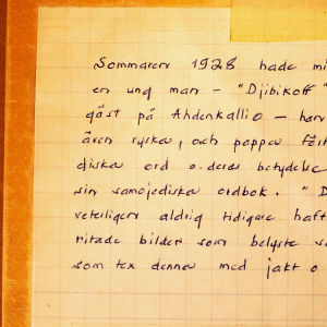 Ulla Simbergs berättelse om Kai Donners gäst skriven på tavlans baksida