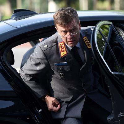 Försvarsministeriets nya kanslichef Esa Pulkkinen stiger ur en bil.