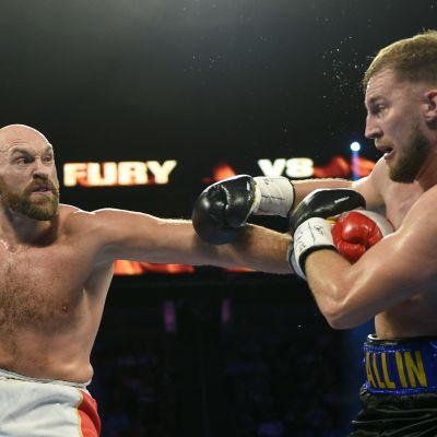 Tyson Fury lyö, Otto Wallin puolustaa.