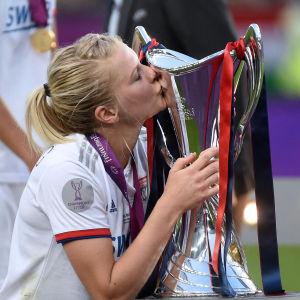 Ada Hegerberg kysser Champions League-pokalen.