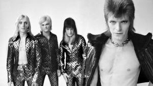 David Bowie ja The Spiders from Mars poseeraa 70-luvun alun arkistokuvassa. Kuva Mick Ronson -dokumentista Beside Bowie.