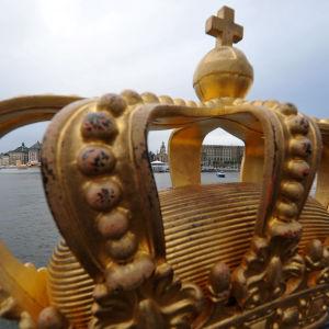 Krona på en av broarna i Stockholm