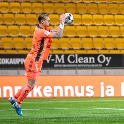 Jesse Öst räddar en boll mot HJK.