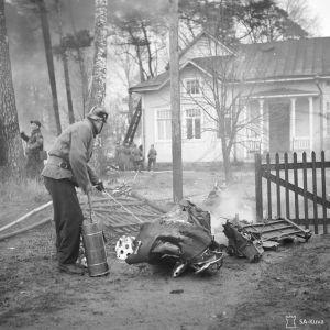 Venäläisen pommikoneen jäännökset Munkkiniemessä 30. marraskuuta 1939.