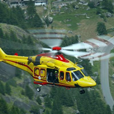En helikopter som tillhör italienska alpina räddningstjänsten deltar i operation för att rädda personer som fastnat i kabinbana på Mont Blanc 9.9.2016