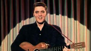 Elvis Presley esiintyy televisiossa 1950-luvulla. Kuvakaappaus dokumentista.
