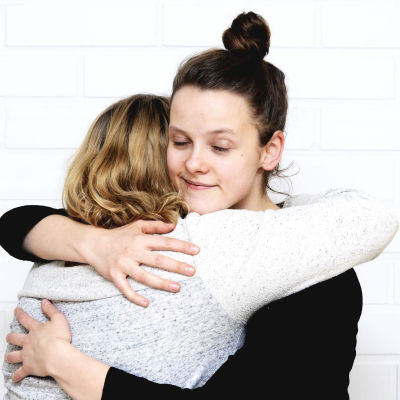 Isabella Mattsson kramar My Tengström.