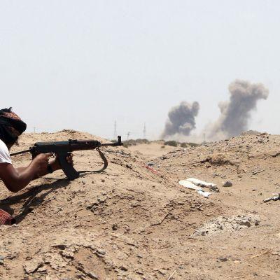 Jemenitisk medlem i den södra separatiströrelse vid sin position i förort till Aden 3.6.2015.
