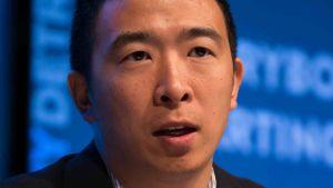 Entreprenören Andrew Yang i mörk kostym talar och viftar med handen.