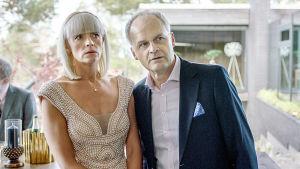 Mickan (Josephine Bornebusch) och Fredde (Johan Rheborg) står i dörren och ser förvånade och lite skrämda ut.