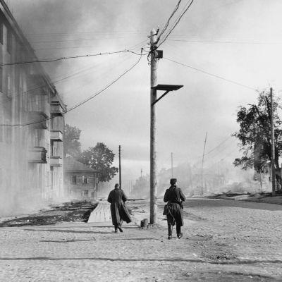 Två finska soldater i Petroskoj (Äänislinna) under fortsättningskriget, 1941
