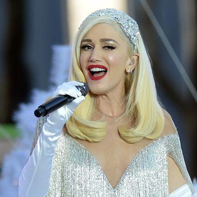 Gwen Stefani sjunger leende i en mikrofon.