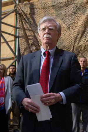 John Bolton med militär i Irak