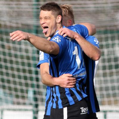 Filip Valencic firar mål.