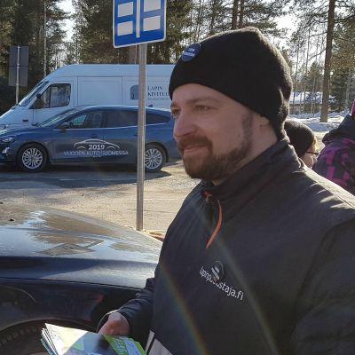 Mikko Kärnä (kesk.) kampanjoi Rovaniemen Korkalovaarassa 10. huhtikuuta 2019.