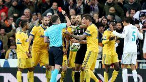 Gianluigi Buffon blir utvisad.