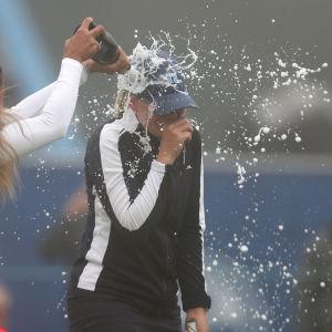 Matilda Castren saa shampanjat niskaansa.