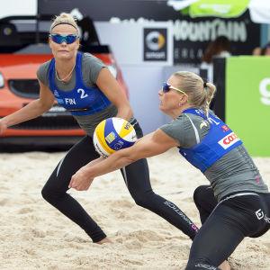Taru Lahti och Riikka Lehtonen i farten under beach volley-EM 2016.