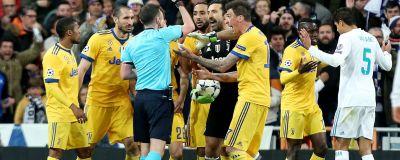 Gianluigi Buffon blir utvisad. 75e33dd421484