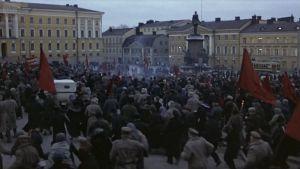 Väkijoukkoja Senaatintorilla, Punaiset-elokuva 1979
