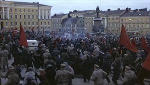 Väkijoukkoja Senaatintorilla, Punaiset-elokuva 1981