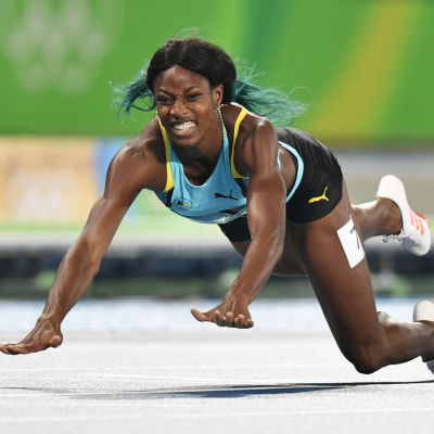 Shaunae Miller slungar sig över mållinjen under OS i Rio.