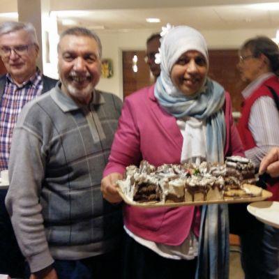 Äkta paret Khamees Hadi och Ekhlas Khydair bjuder på irakiska bakverk.