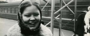 Pianisti Elina Saksala talvisella juna-asemalla.