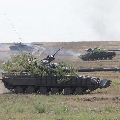 Venäjän-mielisten kapinallisten panssarivaunuja sotaharjoituksissa lähellä Itä-Ukrainan Luhanskissa 24. elokuuta 2017.