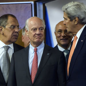 Rysslands utrikesminister Sergej Lavrov, USA:s utrikesminister John Kerry, FN:s specialsändebud i Syrien, Staffamn de Mistura