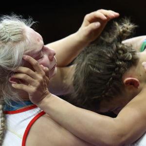 Petra Olli och Elis Manolova i farten.