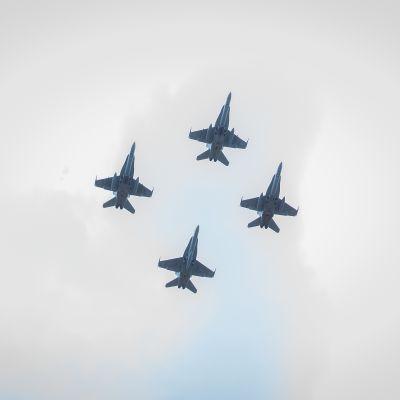 Puolustusvoimain lippujuhlan päivän valtakunnallisen paraatin ohimarssi Seinäjoella.