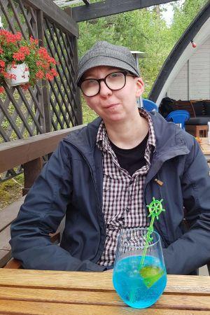 Mio Lindman med blå drink