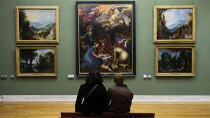 Två barn på Museet Louvren i Paris.