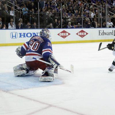 Jussi Jokinen sätter in pucken bakom Henrik Lundqvist i NHL-slutspelet 2014.