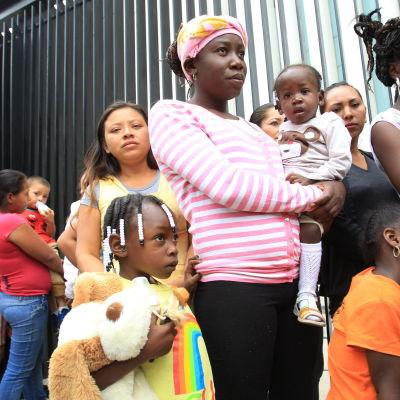 Honduranska flyktingar protesterar utanför mexikanska senaten för bättre säkerhet