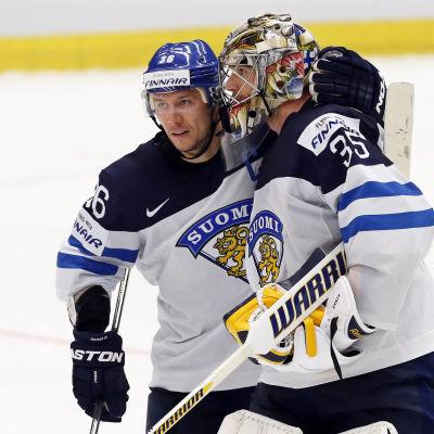 Jussi Jokinen och Pekka Rinne efter Finland-Vitryssland, VM 2015.