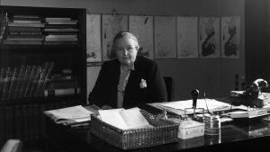 Ett svartvitt foto av en kvinna som heter Hella Wuolijoki.