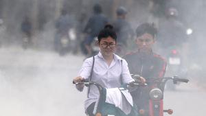 Mopedister i Vietnamns huvudstad Hanoi den 7 mars 2016.