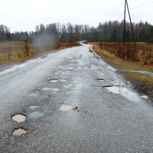 En asfalterad väg med många hål