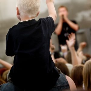 En pojke följer med en rockkonsert