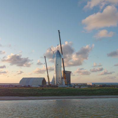 Starshipin prototyyppi tekeillä SpaceX:n koealueella Teksasissa.