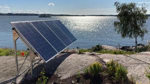 Aurinkopaneeli saaren rannassa.