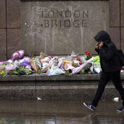 Blommor och andra minnesgåvor vid London Bridge, till minne av de som föll offer i attacken i London i juni 2017.