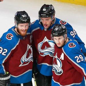 Landeskog, Rantanen och MacKinnon jublar efter ett mål.