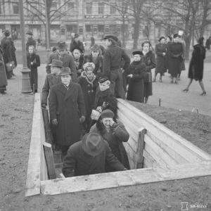 Ensimmäinen ilmahälytys aamulla klo 9 marraskuun 30. päivänä 1939. Ihmiset siirtyvät sirpalesuojaan Esplanadilla.