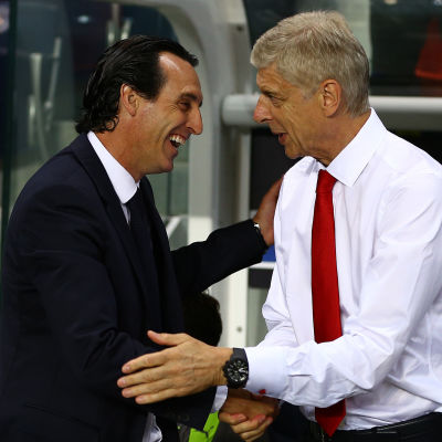 Unai Emery och Arsene Wenger skakar hand inför Champions League-mötet.