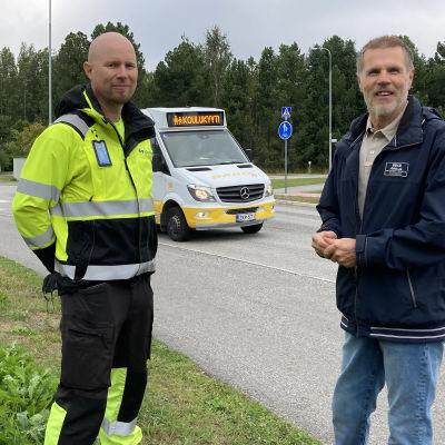 Kuvassa auto- ja logistiikka-alan lehtori Jussi Männistö (Kpedu) ja Isokylän koulun rehtori Timo Hautala